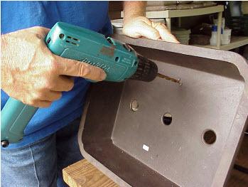 Chuẩn bị thùng chứa bằng cách khoan 4 lỗ cách đều nhau