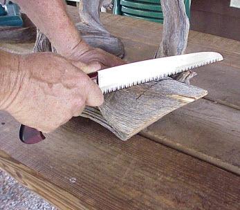 dùng cưa tay, cắt gỗ theo đường đã kẻ
