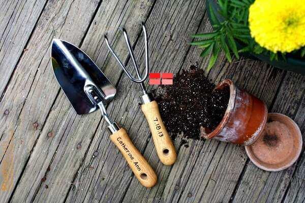 Xẻng, cào, bay làm vườn nên được làm từ kim loại